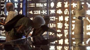 في متحف شامبليون حيث يتعرف الزائرون على رموز الهيروغليفية المصرية