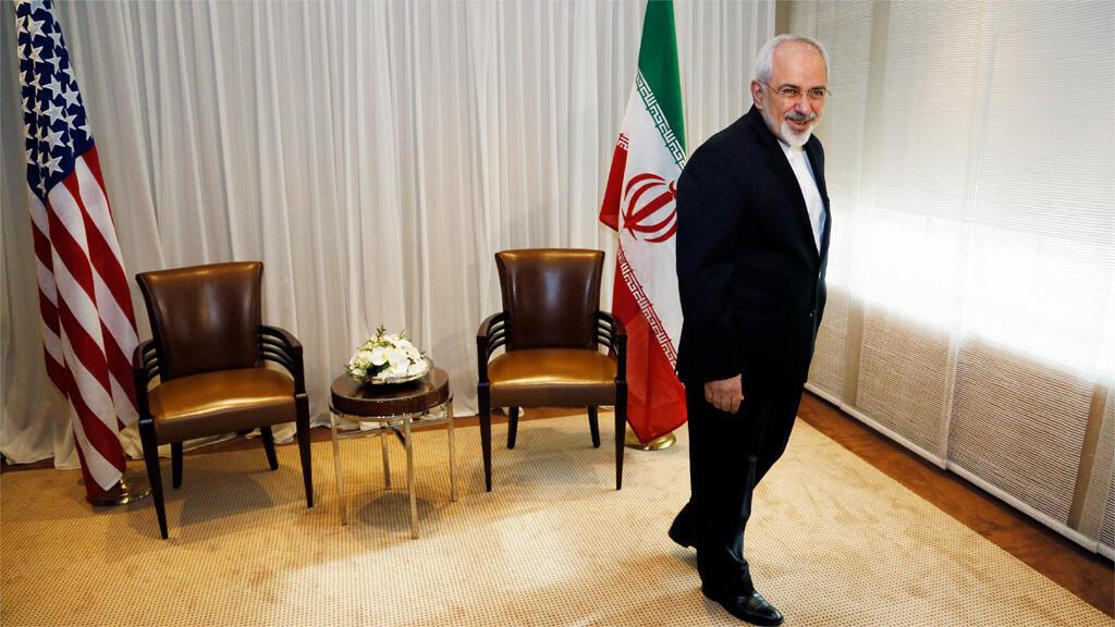 وزير الخارجية الإيراني محمد جواد ظريف قبل لقاءه بنظيره الأمريكي في جنيف 14 كانون الثاني 2015