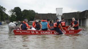 فرقة حرس الشواطئ تنقذ السكان من الفيضانات في لويزيانا ( 14-08-2016)