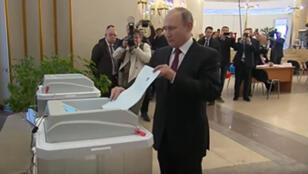 الرئيس الروسي فلاديمير بوتين يدلي بصوته في الانتخابات الرئاسية 2018