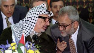 صائب عريقات مع الزعيم الفلسطيني ياسر عرفات