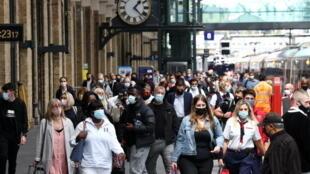 وضع الكمامات في محطة قطار في لندن وسط تفشي فيروس كورونا في بريطانيا ( 12 يوليو 2021)