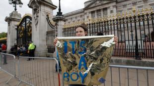 """فتاة تحمل لافتة تقول """"إنه مولود صبي"""" أمام قصر  بيكنهام، لندن (06/05/2019)"""