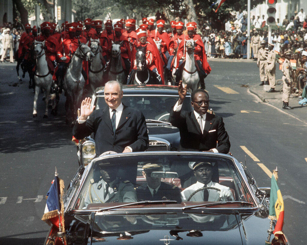 مع الرئيس الفرنسي الأسبق جورج بومبيدو خلال زيارته لداكار في شباط 1971