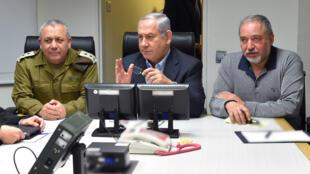 رئيس الوزراء الاسرائيلي بنيامين نتانياهو مع وزير الدفاع افغيدور ليبرمان ورئيس أركان الجيش غادي ايزنكوت