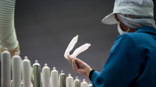 في مصنع للواقيات الذكرية في اليابان
