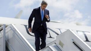 وزير الخارجية الأمريكي جون كيري لدى وصوله إلى سوتشي، روسيا 12 مايو 2015.
