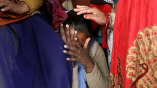 مواطنة هندية تبكي على وفاة الشابة التي اغتصبت وحرقت في الهند-