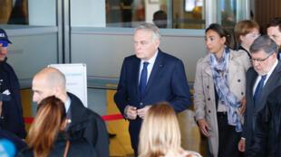 وزير خارجية فرنسا مع أهالي ركاب الطائرة المصرية في مطار باريس