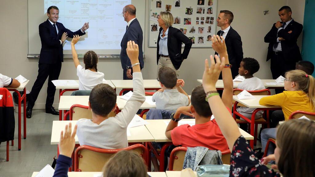 الرئيس الفرنسي إيمانويل ماكرون يخاطب تلاميذ مدرسة