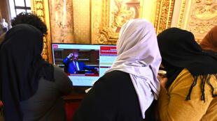 نساء محجبات يتابعن نقاشا في مجلس الشيوخ الفرنسي حول الحجاب يوم 29 أكتوبر 209