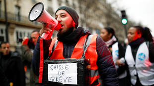 """متظاهر يحمل صندوقًا للتبرعات باسم """"أموال الإضراب"""" أثناء مظاهرة بعد 24 يومًا من الإضراب ضد خطط الحكومة الفرنسية لإصلاح المعاشات-"""