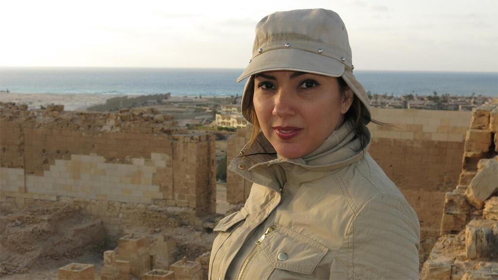 عالمة الآثار كاثلين مارتينيز في أحد مواقع التنقيب المصرية
