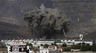 غارة جوية على ثكنة عسكرية للحوثيين في العاصمة اليمنية صنعاء 12 مايو 2015
