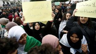 طلاب جزائريون يحتجون ضد اجراء الانتخابات