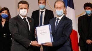 الرئيس الفرنسي إيمانويل ماكرون (على اليسار) مع المؤرخ فنسنت دوكليرت الذي يرأس لجنة تحقيق حول تورط فرنسا في الحرب الأهلية برواندا في قصر الإليزيه في باريس في 26 مارس 2021