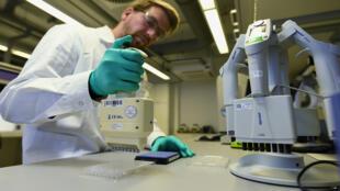 سير العمل البحثي على لقاح لمرض فيروس كورونا في مختبر في توبنغن الألماني