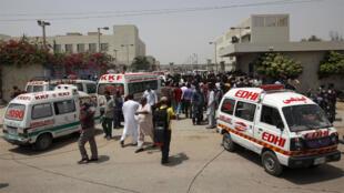 سيارات الإسعاف و تجمع للناس خارج المستشفى بعد هجوم في باكستان
