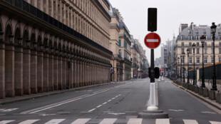 أحد شوارع باريس خالية من المارة بعد حظر التجول