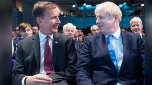 رئيس الوزراء البريطاني القادم بوريس جونسون (يمينا) ووزير الخارجية جيريمي هنت في مركز الملكة إليزابيث بلندن يوم الثلاثاء 23 /07/2019