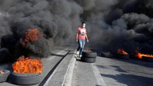 حرق اطارات على طريق خلدة جنوب العاصمة اللبنانية