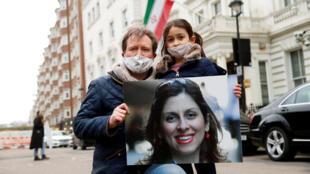 ريتشارد راتكليف، زوج البريطانية-الإيرانية نازانين زاغاري راتكليف، وابنتهما غابرييلا يحتجون خارج السفارة الإيرانية في لندن