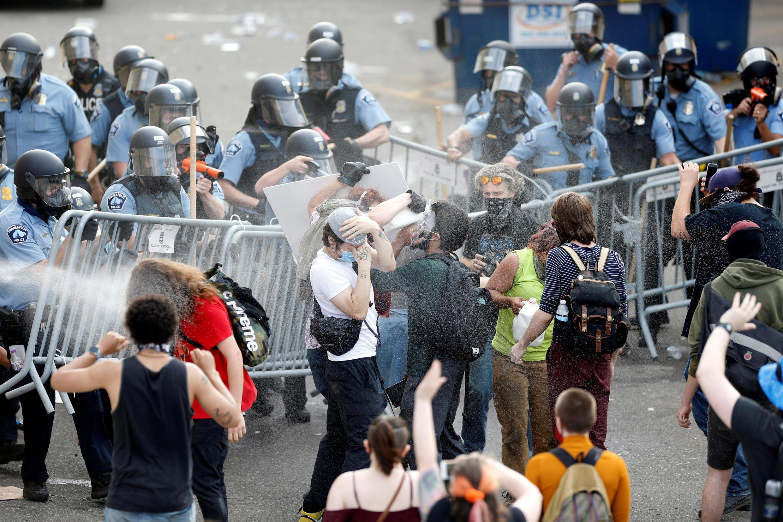 صدامات جديدة وتظاهرات بعد مقتل أميركي أسود بيد الشرطة في الولايات المتحدة