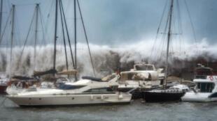 أمواج عاتية جرّاء العاصفة غلوريا في ميناء باسبانيا
