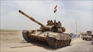 قوات من الجيش العراقي في طريقها إلى الرمادي في 27 أيار 2015