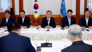 الرئيس الكوري الجنوبي مون جاي-إن يتحدث خلال اجتماع مع المديرين التنفيذيين لأكبر 30 شركة في كوريا الجنوبية في البيت الأزرق الرئاسي في سيول-