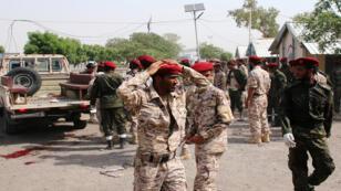 عناصر من الشرطة اليمنية بعد الهجوم في عدن