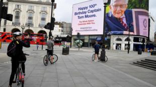عيد الميلاد رقم 100 للكابتن توم مورفي لندن