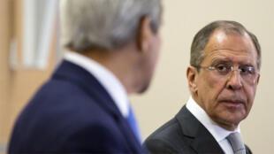 وزير الخارجية الروسي سيرغي لافروف  ينظر إلى وزير الخارجية الامريكي جون كيري