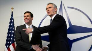 الأمين العام لحلف الناتو جينس ستولتنبرغ (على اليمين) ووزير الدفاع الأمريكي مارك إسبر قبل اجتماع وزراء دفاع الناتو في بروكسل 12 فبراير 2020
