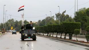 دورية لقوات الأمن العراقية في بغداد بعد فرض حظر التجول لمكافحة انتشار فيروس كورونا