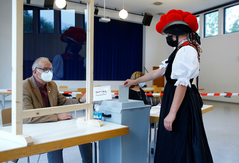 2021-09-26T101012Z_1368781142_RC2MXP9UK4GS_RTRMADP_3_GERMANY-ELECTION-VOTING
