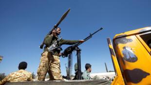 مسلحون حوثيون خلال تجمع عقد للتعبئة من أجل القتال ضد القوات الحكومية في صنعاء