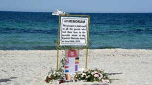 صورة تم التقاطها يوم 26 يونيو 2016 على شاطئ فندق مرحبا بمدينة سوسة في الذكرى الأولى للهجوم الإرهابي الذي ذهب ضحيته 38 شخصًا يوم 26 يونيو 2015.