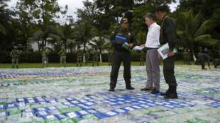 الرئيس الكولومبي سانتوس برفقة الشرطة وسط حقل من المخدرات (08-11-2017)