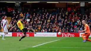 أندريه جراي لاعب واتفورد يحرز هدفا في مرمى كريستال بالاس في كأس الاتحاد الإنكليزي لكرة القدم يوم السبت