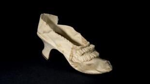 حذاء ملكة فرنسا ماري أنطوانيت بيع بأكثر من 40 ألف يورو في مزاد