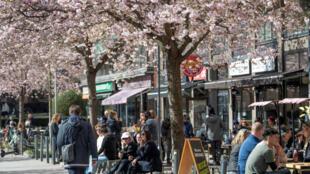 يستمتع الناس بالطقس المشمس في عيد الفصح وسط انتشار فيروس كورونا في العاصمة السويدية ستوكهولم   يوم 11 أبريل 2020