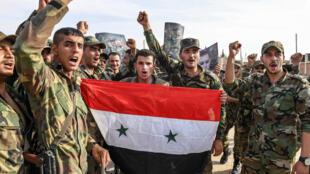 عناصر من جيش النظام السوري يرفعون العلم في شمال البلاد