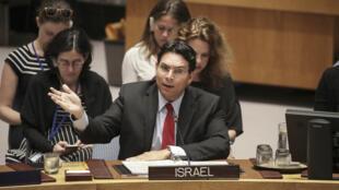 السفير الإسرائيلي في الأمم المتحدة داني دانون خلال اجتماع لمجلس الأمن