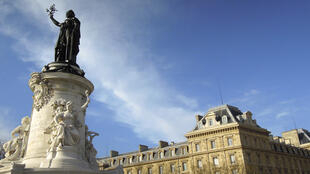 """تمثال """"ماريان"""" رمز الجمهورية الفرنسية وقيمها في العاصمة باريس"""