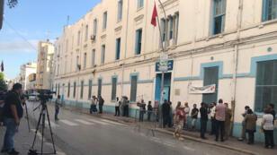 أمام أحد مراكز الاقتراع في تونس