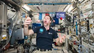 """رائد الفضاء الفرنسي توماس بسكيه يأكل حلويات من نوع """"ماكارون"""" في الفضاء في 27 فبراير 2017"""