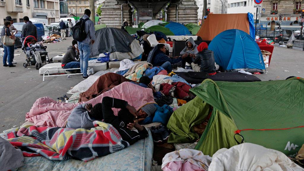 لاجئون إرتيريون تحت أحد الجسور في باريس