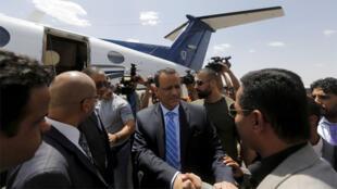 مبعوث الأمم المتحدة إلى اليمن إسماعيل ولد الشيخ أحمد  يصافح المسؤولين اليمنيين في مطار صنعاء الدولي