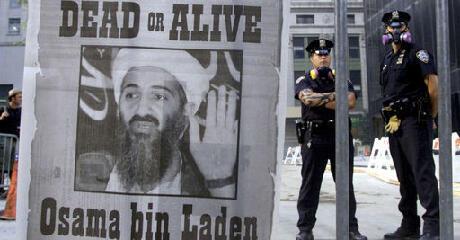 """ملصق """"بن لادن مطلوب حياً أو ميتاً"""" في شوارع نيويورك في سبتمبر 2001"""
